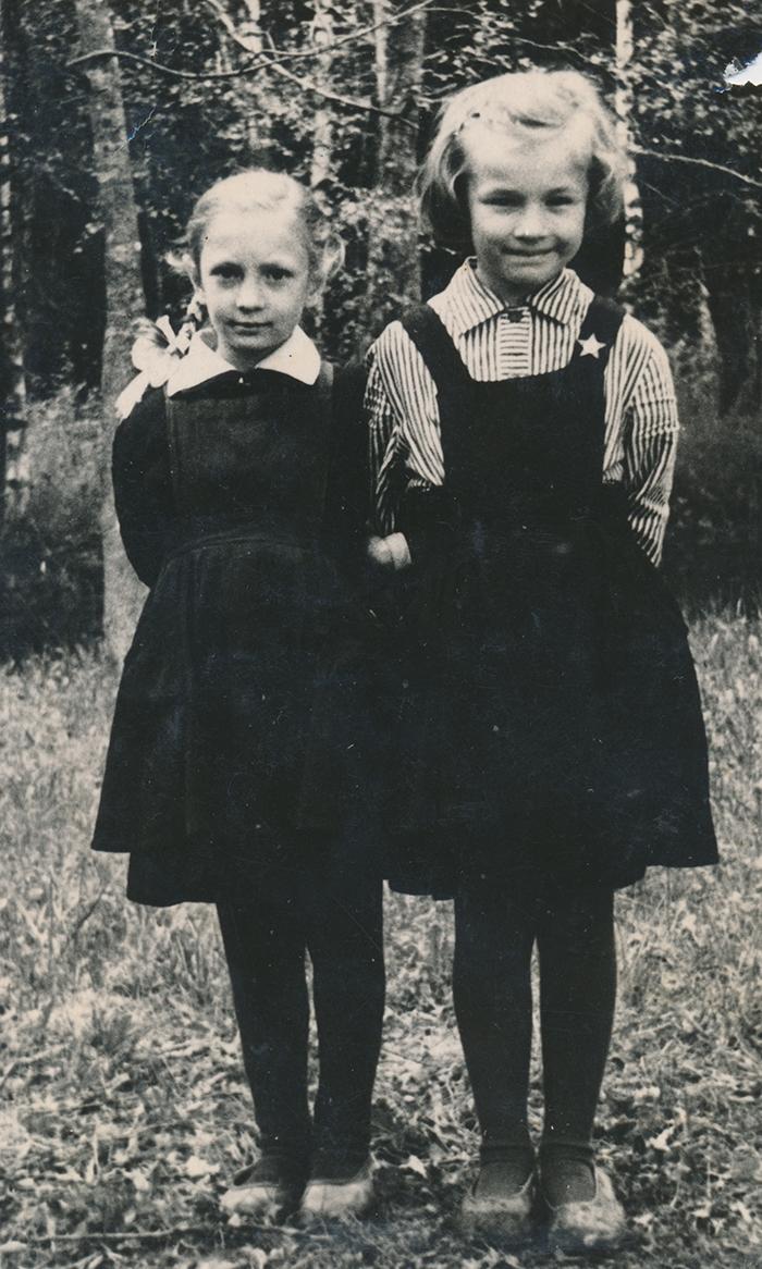 Zoja Pihlak-Idvani Peraküla koolis sõbraga
