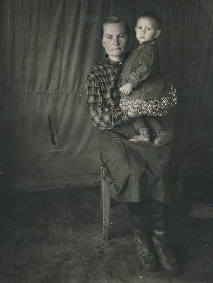 Zoja Pihlak-Idvani ema süles Siberis