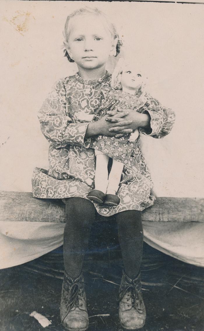 Zoja Pihlak-Idvani isa ostetud nukuga Siberis