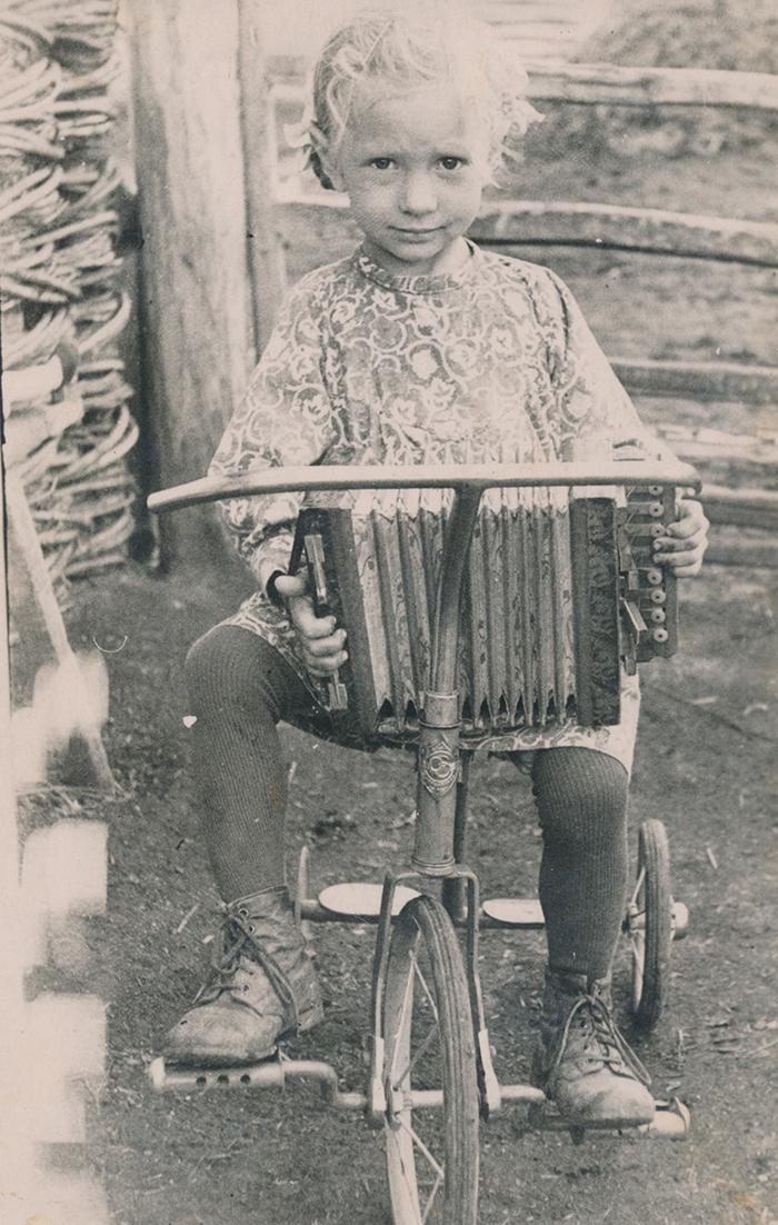 Zoja Pihlak-Idvani lõõtsaga Siberis 1957