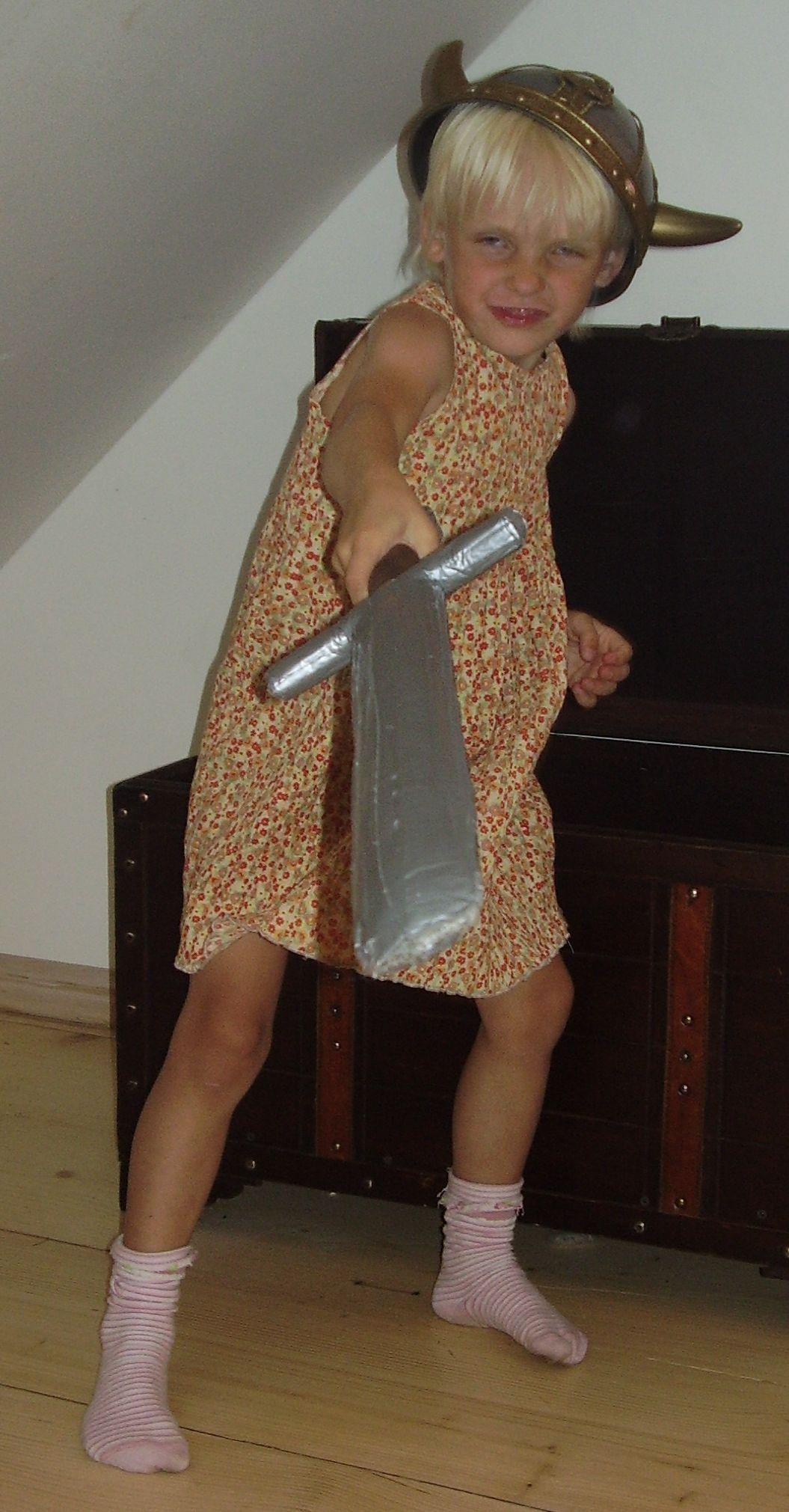 tüdruk mõõgaga